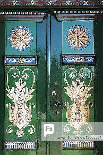 Reichverzierte und bemalte Holztür  Werth´scher Hof  Herrensitz aus dem 17. Jahrhundert  historisches Gebäude  Borstel  Gemeinde Jork  Alten Land  Landkreis Stade  Niedersachsen  Deutschland  Europa