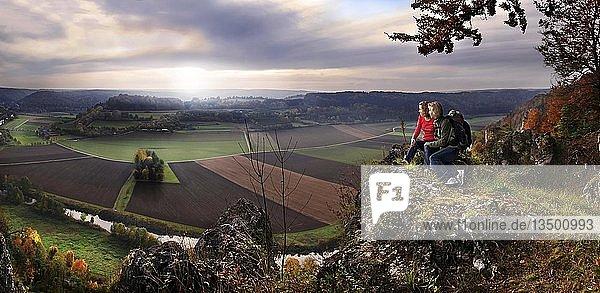 Mutter mit Tochter abends bei Sonnenuntergang blickend ins Altmühltal bei Arnsberg  Kreis Eichstätt  Bayern  Deutschland  Europa