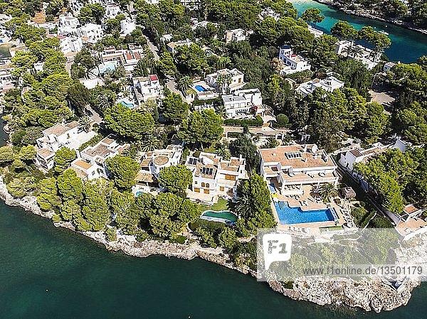 Luftaufnahme  Bucht Cala Ferrera mit Häusern und Villen  Küste von Cala D' or  Mallorca  Balearen  Spanien  Europa