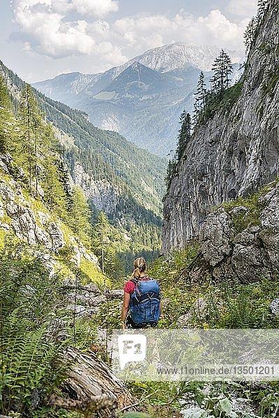 Wanderin auf einem Wanderweg  Blick auf Berge  Saugasse  Wanderweg zum Königssee und Kärlinger Haus  Nationalpark Berchtesgaden  Bayern  Deutschland  Europa