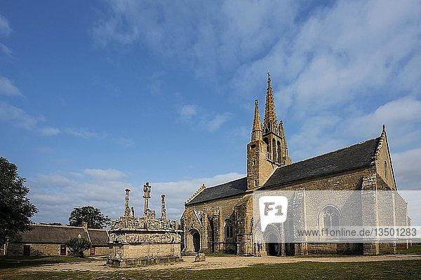 Gotische Kapelle mit dem ältesten Kalvarienberg der Bretagne  Notre-Dame de Tronoën  bei Penmarc'h  Finistere  Bretagne  Frankreich  Europa