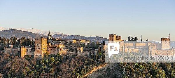 Blick auf Alhambra im Abendlicht  maurische Stadtburg  Nasriden-Paläste  Palast Karl des Fünften  Sabikah-Hügel  Granada  Andalusien  Spanien  Europa