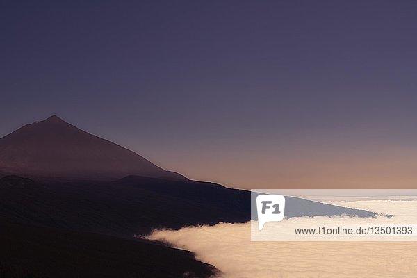 Vulkan Pico del Teide über Passatwolken  Morgendämmerung  Nationalpark Teide  Teneriffa  Kanarische Inseln  Spanien  Europa