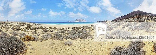 Dünenlandschaft  Playa de las Conchas mit Vulkan Monte Bermeja  hinten Insel Monta Clara  La Graciosa  Lanzarote  Kanarische Inseln  Spanien  Europa