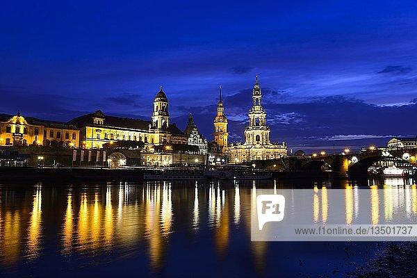 Altstadt bei Nacht  Terrassenufer  Hofkirche  Residenzschloss und Elbe mit Wasserspiegelung  Dresden  Sachsen  Deutschland  Europa