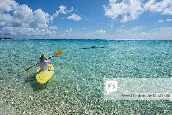 Touristin beim Kajakfahren im türkisen Wasser von Tikehau  Tuamotu-Archipel  Französisch-Polynesien  Ozeanien