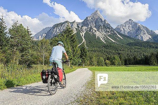 Fahrradfahrer mit Mountainbike  auf dem Radweg Via Claudia Augusta  Alpenüberquerung  hinten Sonnenspitze  Berglandschaft  Tiroler Alpen  Alpenüberquerung  bei Ehrwald  Tirol  Österreich  Europa