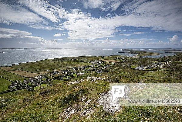 Blick von der Panoramastraße Sky Road über die Ortschaft Fahy zur Atlantikküste  County Galway  Irland  Europa