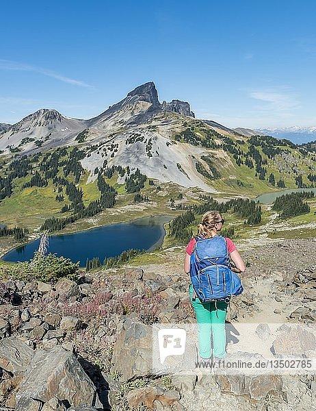 Wanderin auf Wanderweg Panorama Ridge  kleine Seen vor Bergen  vulkanischer Berg Black Tusk  Garibaldi Provincial Park  British Columbia  Kanada  Nordamerika