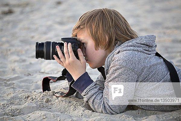 Junge fotografiert am Strand  Wustrow  Mecklenburg-Vorpommern  Deutschland  Europa