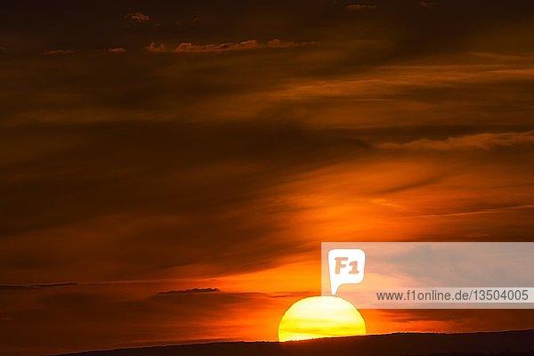Untergehende Sonne am roten Abendhimmel  Deutschland  Europa