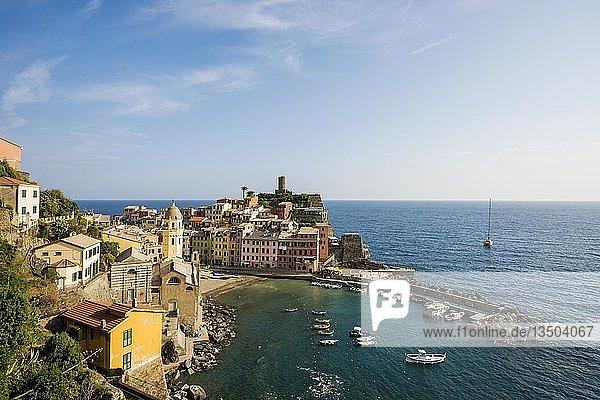 Ortsansicht Dorf mit bunten Häusern an der Küste  Vernazza  UNESCO Weltkulturerbe  Cinque Terre  Riviera di Levante  Provinz La Spezia  Ligurien  Italien  Europa