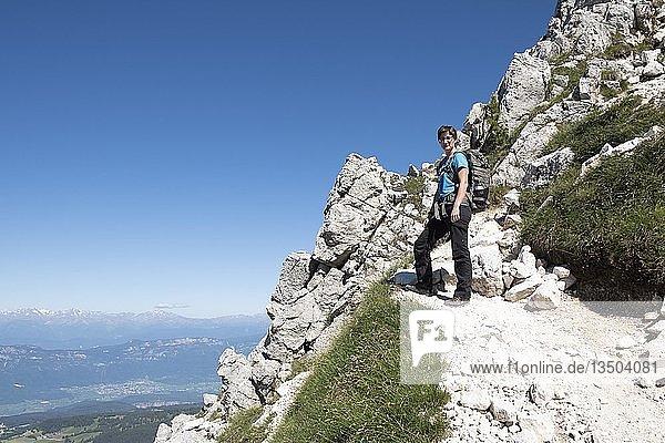 Wanderin auf Wanderweg zum Weißhorn  Corno Bianco  oberhalb von Radein  Südtirol  Italien  Europa