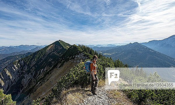 Wanderin bei der Überschreitung der Blauberge  von Predigtstuhl über Blaubergschneid  Blaubergkopf und Karschneid bis Halserspitz  Wildbad Kreuth  Oberbayern  Bayern  Deutschland  Europa