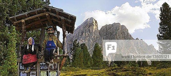 Puppen von Almbauer und Alpbäuerin am Peitlerkofel mit Bergwald beim Würzjoch  Villnöss  Dolomiten  Südtirol  Italien  Europa