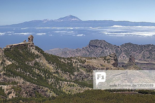 View from the Pico de las Nieves to the west of Gran Canaria  left Kulfelsen Roque Nublo  behind Tenerife island with Teide volcano  Gran Canaria  Canary Islands  Spain  Europe