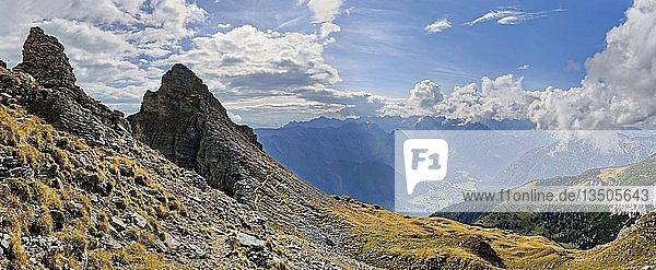 Bergkamm der Dalfazer Wände mit Blick auf Pertisau  Achensee und Karwendelgebirge  Rofangebirge  Tirol  Österreich  Europa