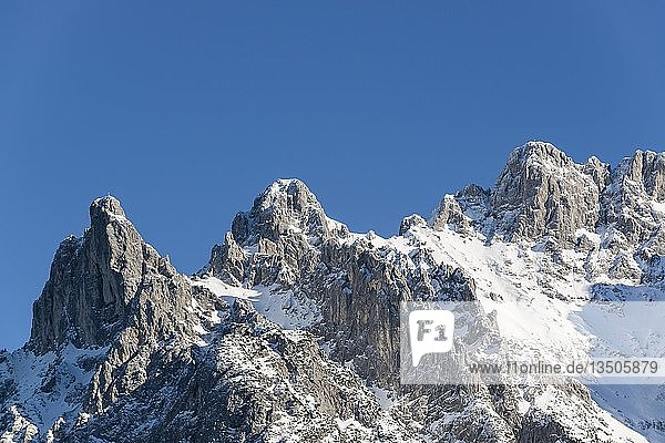 Viererspitze und Westliche Karwendelspitze im Winter  blauer Himmel  Mittenwald  Karwendel  Werdenfelser Land  Oberbayern  Bayern  Deutschland  Europa