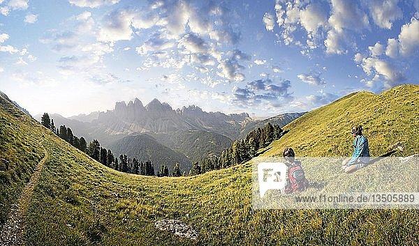 Bergwanderer entspannen im Aferer Geisler-Gebirge und genießen den Blick zur Geisler-Gruppe  Villnösstal  Südtirol  Italien  Europa