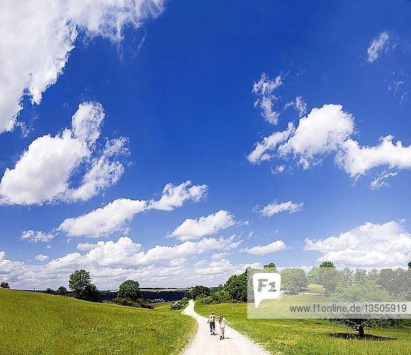 Weg auf dem Frauenberg mit Mutter und Kind und weiß-blauen Himmel  Eichstätt  Bayern  Deutschland  Europa