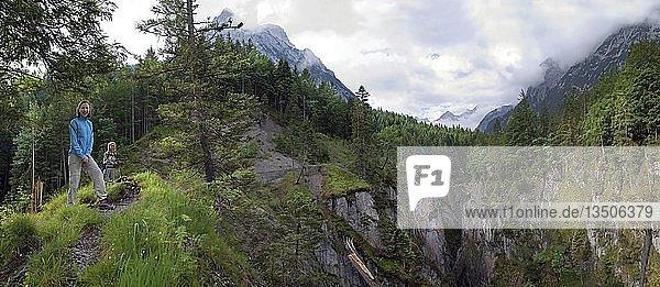 Frau und Kind stehend vor der Johannesschlucht im Johannestal im Karwendel  Tirol  Österreich  Europa