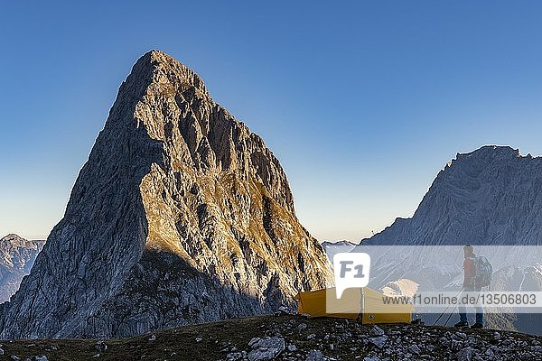 Gipfel der Sonnenspitze mit Bergsteiger und Zelt sowie Zugspitze im Hintergrund  Ehrwald  Außerfern  Tirol  Österreich  Europa