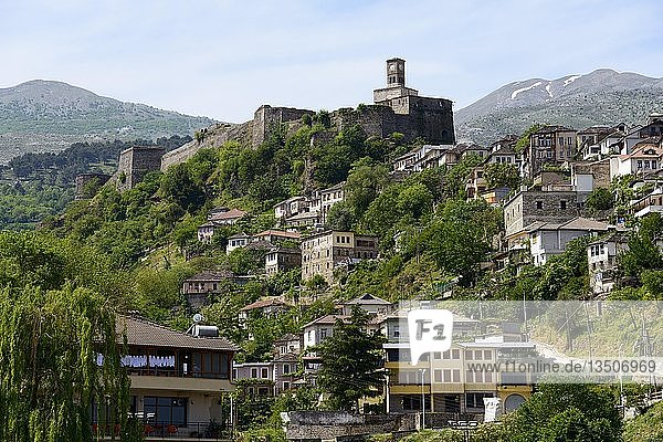 Blick auf die Stadt mit Burgberg und Uhrturm  Gjirokastra  Albanien  Europa