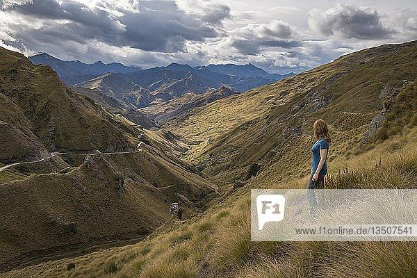 Wanderin blickt in Tal Richtung Skippers Canyon  Queenstown  Otago  Südinsel  Neuseeland  Ozeanien