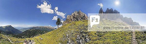 360° Panorama nahe der Mittagsscharte mit Geislergebirge und Villnösstal  Puez-Geisler Naturpark  Südtirol  Italien  Europa