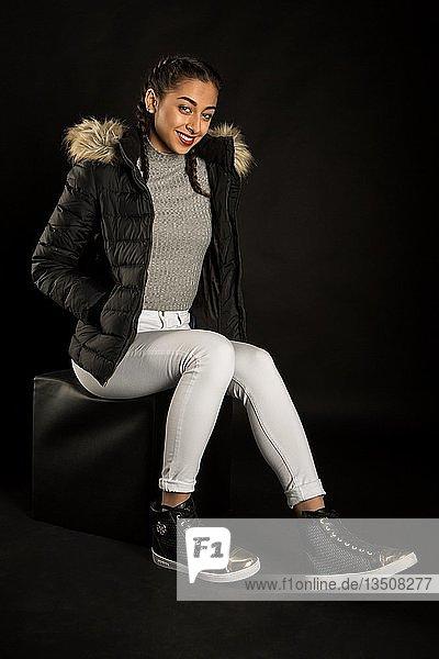 Junge Frau mit winterlichen Outfit