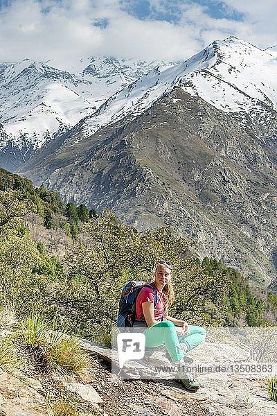 Wanderin macht Pause  hinten Sierra Nevada  schneebedeckte Berge bei Granada  Andalusien  Spanien  Europa
