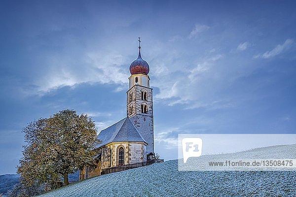 Valentinskirche mit Schnee  Seis am Schlern  Seiser Alm Schlern  Dolomiten  Trentino-Südtirol  Italien  Europa