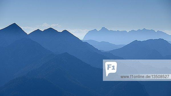 Blaue Silhouetten von Bergen  Ausblick über Chiemgauer Alpen  hinten Wilder Kaiser  Berchtesgadener Land  Oberbayern  Bayern  Deutschland  Europa