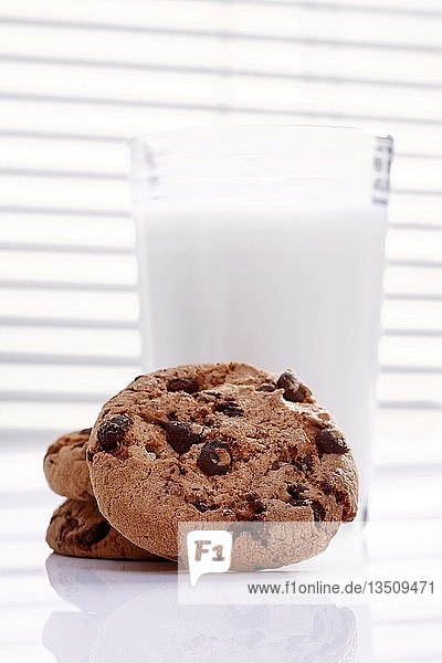 Cookies mit Schokoladenstücken  Chocolate Cookies und Glas Milch