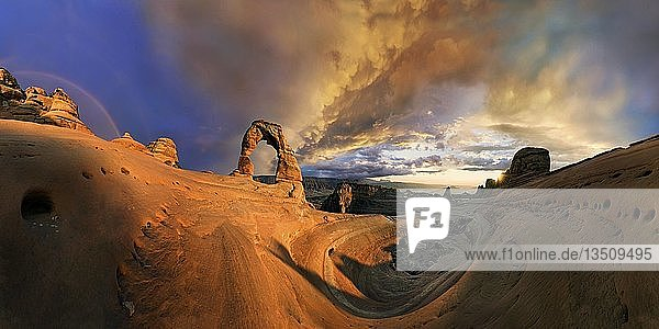 Sonnenuntergang am Delicate Arch Felsbogen  Abenddämmerung  Arches-Nationalpark  bei Moab  Utah  USA  Nordamerika