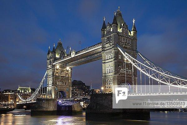 Tower Bridge  Abenddämmerung  London  England  Großbritannien  Europa
