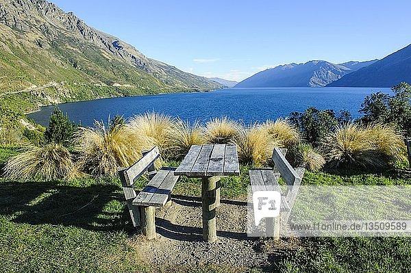 Picknick-Tisch am Ufer des Lake Wakatipu  Queenstown  Südinsel  Neuseeland  Ozeanien