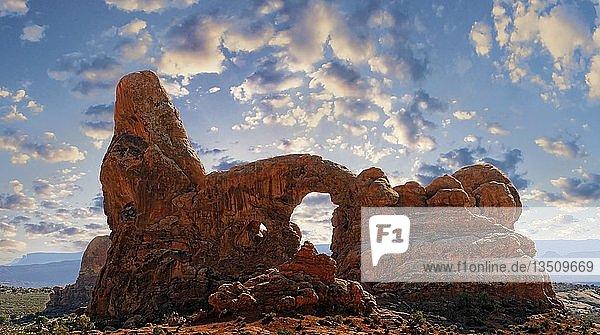Turret Arch bei Sonnenuntergang  durch Erosion aus rotem Sandstein geformte Steinsäule  Arches-Nationalpark  bei Moab  Utah  USA  Nordamerika