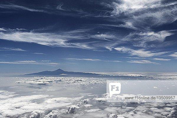 Ausblick aus dem Flugzeug  Teide mit Wolkenhimmel  Teneriffa  Kanarische Inseln  Spanien  Europa