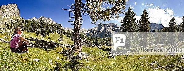 Mädchen genießt die Aussicht in das Langental im Nationalpark Puez Geisler  Wolkenstein  Grödnertal  Südtirol  Italien  Europa