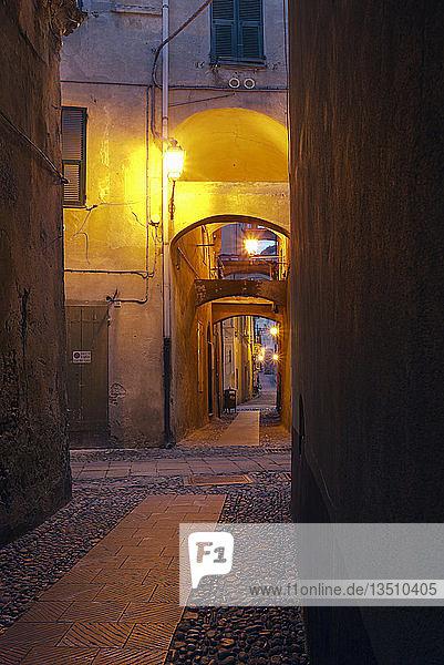 Gasse in Finalborgo  Stadtteil von Finale Ligure in der Provinz Savona  Ligurien  Italien  Europa
