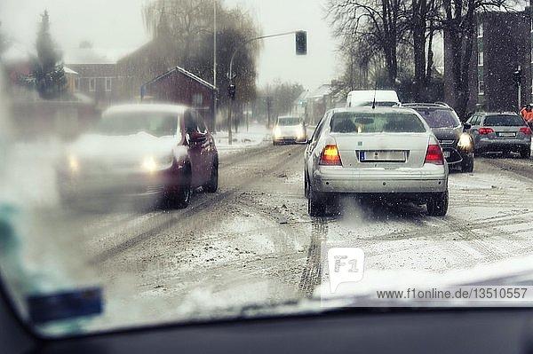 Blick durch die Frontscheibe eines PKW beim Linksabbiegen auf einer Kreuzung  Grevenbroich  Rheinland  Nordrhein-Westfalen  Deutschland  Europa