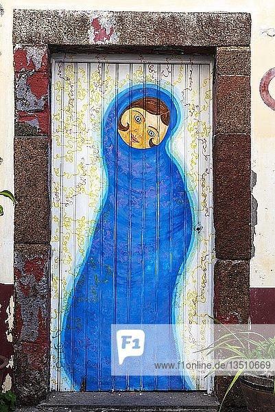 Verhüllte Frauengestalt  kunstvoll bemalte Haustür  Malerei  Straßenkunst  Funchal  Madeira  Portugal  Europa
