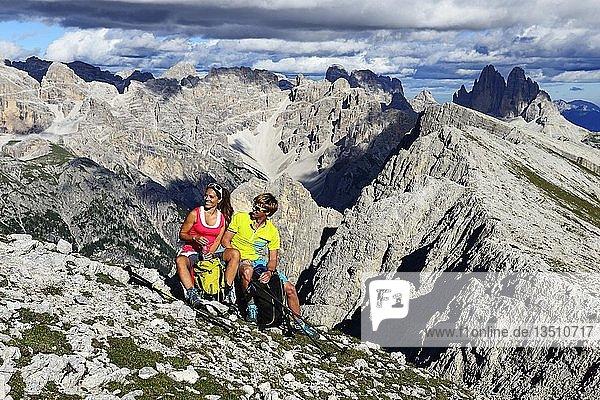 Wanderer beim Aufstieg von der Plätzwiese zum Gipfel des Dürrenstein  im Hintergrund die Gipfel der Drei Zinnen  Sextener Dolomiten  Hochpustertal  Südtirol  Italien  Europa