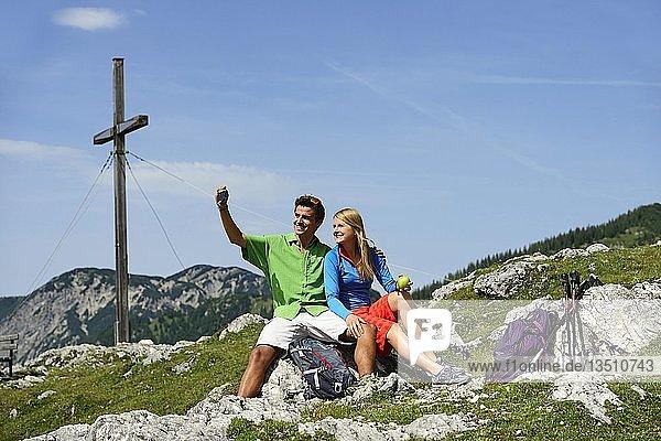 Wanderer machen Selfie  Angerberg mit Gipfelkreuz  Tiroler Adlerweg  Kitzbüheler Alpen  Tirol  Österreich  Europa