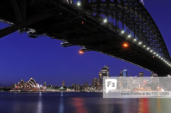 Skyline von Sydney mit Harbour Bridge  Oper und Finanzzentrum bei Sonnenaufgang  Sydney  Australien  Ozeanien