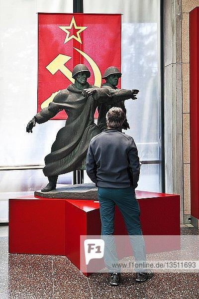 Besucher vor Exponaten der Sowjetunion  Haus der Geschichte  Bonn  Nordrhein-Westfalen  Deutschland  Europa