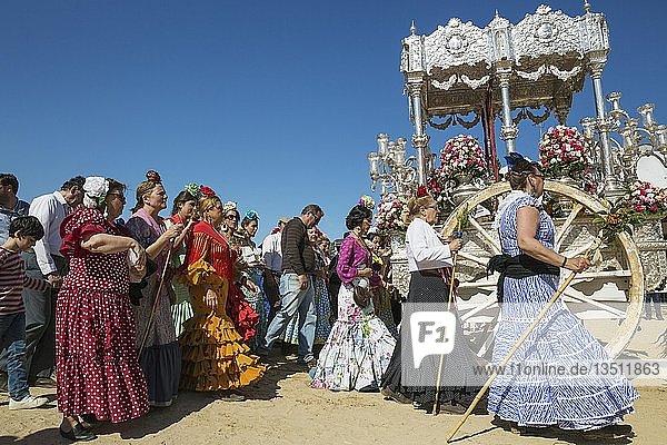 Leute in traditioneller Kleidung mit verzierten Ochsenkarren  Pfingsten  Wallfahrt von EL Rocio  Huelva-Provinz  Andalusien  Spanien  Europa
