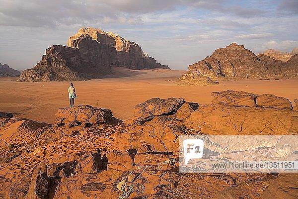 Einsame Touristin in der Wüste Wadi Rum  Jordanien  Asien