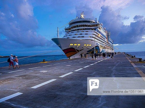 Kreuzfahrtschiff in der Abenddämmerung  Philippsburg  Karibik  Sint Maarten  Niederlande  Nordamerika